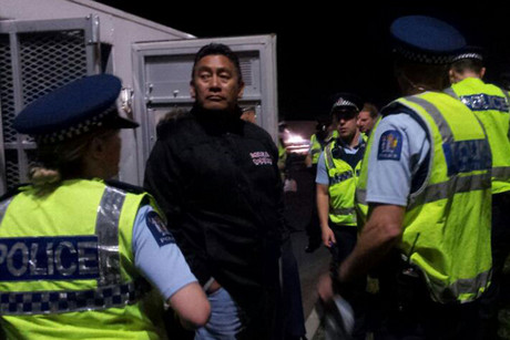 Hone Harawira being arrested last night (Photo: Lisa Gibson, tangatawhenua.com)