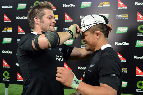 Richie McCaw presents Keven Mealamu with his test cap (Photosport)