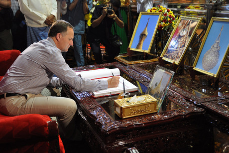 Prime Minister John Key visits Shwedagon Pagoda, a 2600-year-old sacred Buddhist pagoda, in Yangon, Burma (AAP)