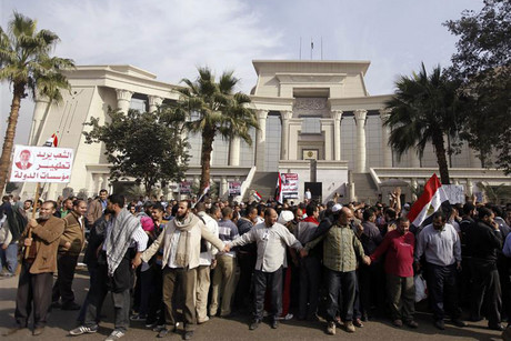 Supporters of Egyptian President Mohamed Mursi rally in front of the Supreme Constitutional Court (Reuters)