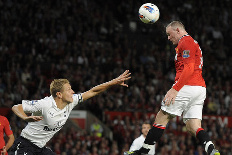 Manchester United's Wayne Rooney (R) scores against Tottenham Hotspur during their English Premier League (Reuters)