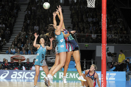 Melbourne Vixens and Adelaide Thunderbirds players battle for the ball (NZN file)