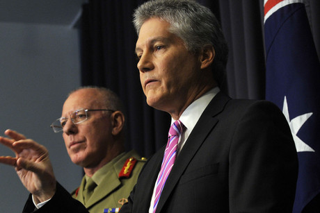The chief of the defence force General David Hurley (left) listens to defence minister Stephen Smith (AAP)
