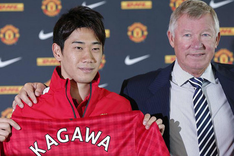 Manchester United's new signing Shinji Kagawa of Japan holds up a team shirt with manager Alex Ferguson (Reuters)