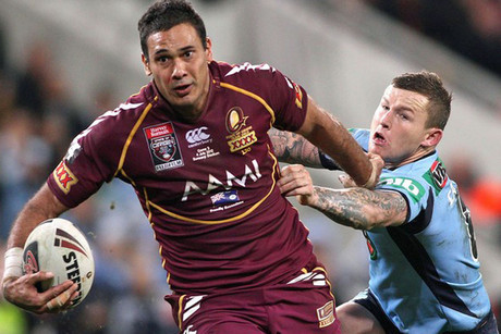 Justin Hodges breaks a Todd Carney tackle