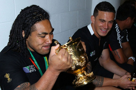 Ma'a Nonu and Sonny Bill Williams with the World Cup trophy (Photosport)