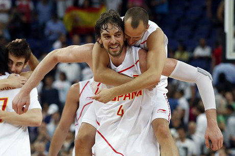 Spain Celebrate their win (Reuters)