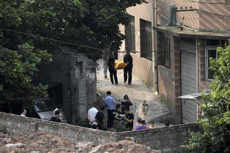 Police carry away body of Zhou, fugitive serial killer and armed robber, in Chongqing Municipality (Reuters)