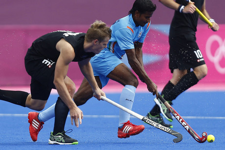 India's Danish Mujtaba (C) is challenged by New Zealand's Steven Edwards (L) and Ryan Archibald during their men's Group B hockey match at the London 2012 Olympic Games (Reuters/Dominic Ebenbichler)