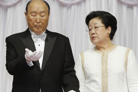 Reverend Moon Sun-myung (L) and his wife Han Hak-ja (Reuters)