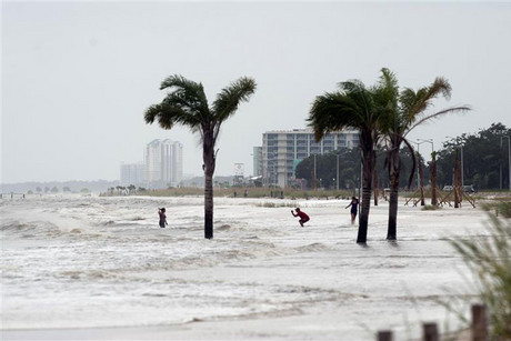 The storm surge washes up to Beach Blvd as Hurricane Isaac approaches Biloxi (Reuters)