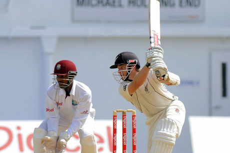 Kane Williamson drives Deonarine (Photosport)