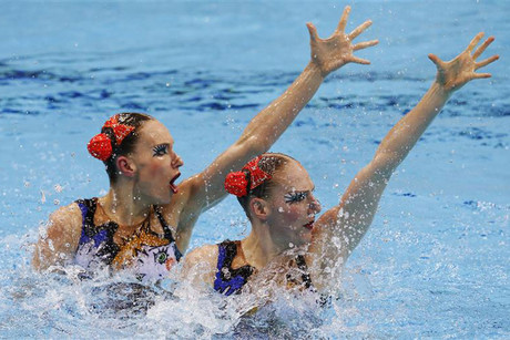 Russia's Natalia Ishchenko and Svetlana Romashina perform in the synchronised swimming duets final during the London 2012 Olympic Games (Reuters/Adrees Latif)
