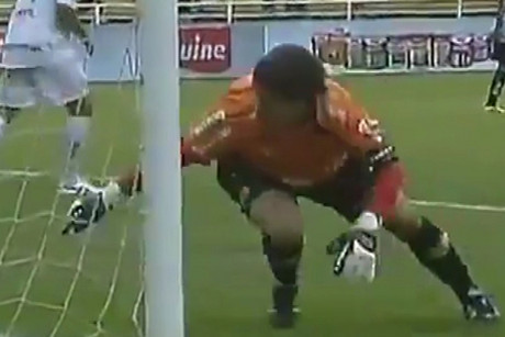 Michel Alves tries to recover the blunder