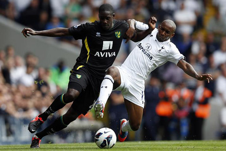Tottenham's Jermain Defoe (R) challenges Norwich's Leon Barnett (Reuters)