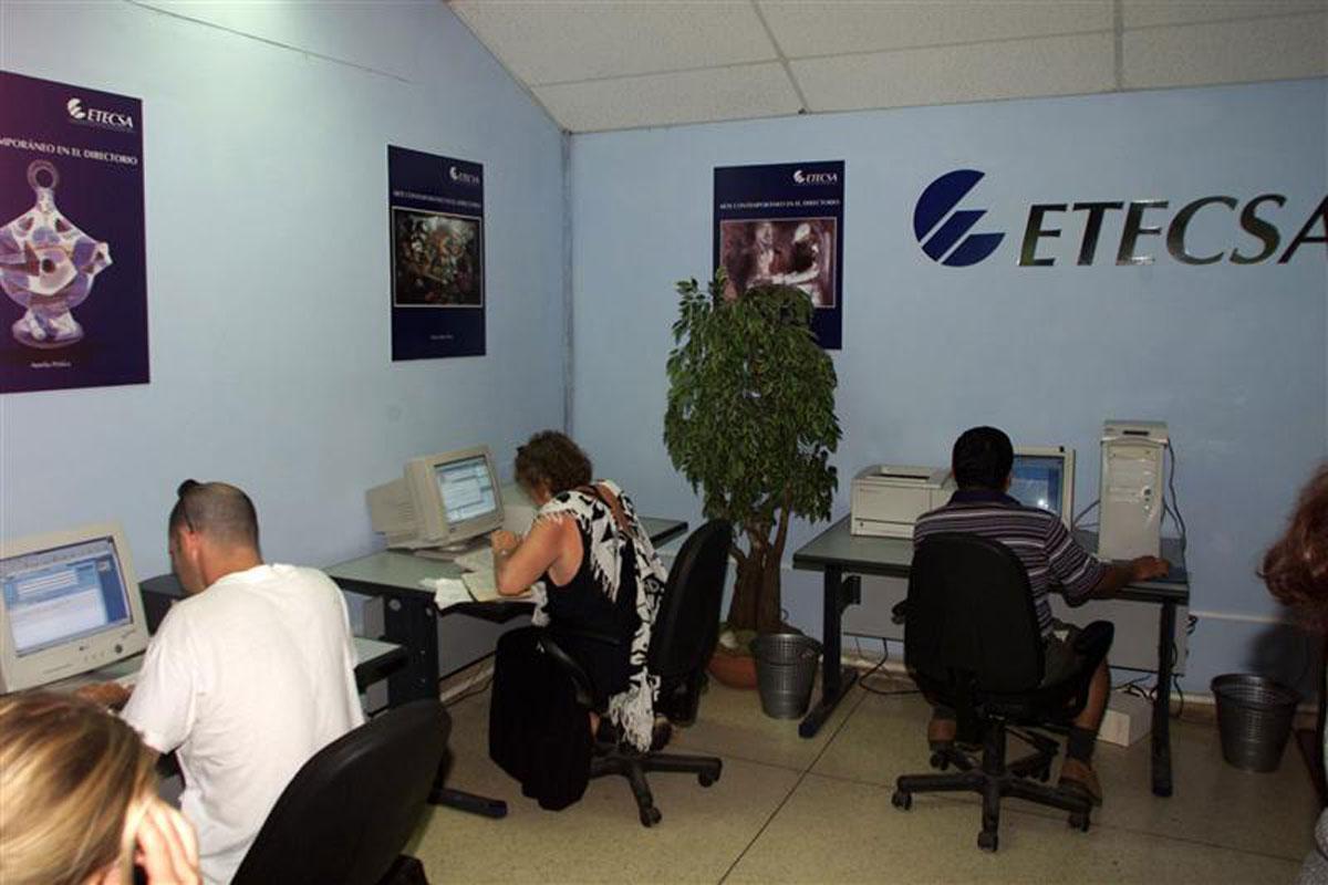 Власти страны открывают интернет-кафе, чтобы поднять общую образованность н