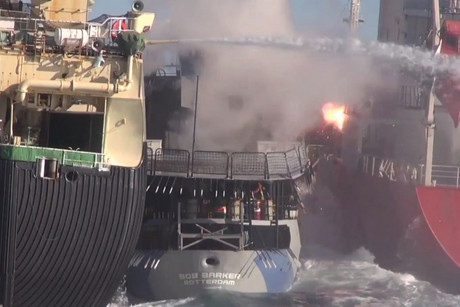 Sea Shepherd's Bob Barker squeezed between Japanese ship Nisshin Maru and oil tanker Sun Laurel (Photo: AAP / Sea Shepherd)