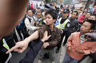 An earthquake survivor confronts police over frustration at the lack of rescue operations in Sichuan province (Photo: Reuters)