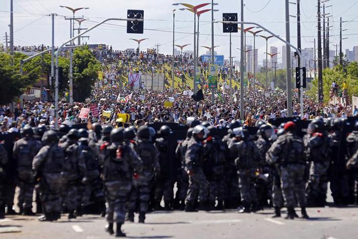 E sobre esses protestos populares - Página 7 Brazil-reu-1200